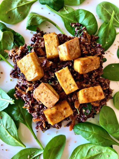 Rižoto od crnog pirinča, u sosu od indijskog oraha sa mariniranim tofu sirom i povrćem